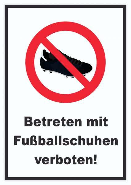 Betreten mit Fussballschuhen verboten! Schild